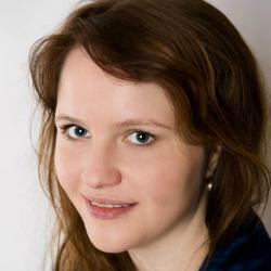 Car.Rie, Chansonette und Liedermacherin, trained by voice expert Kara Johnstad